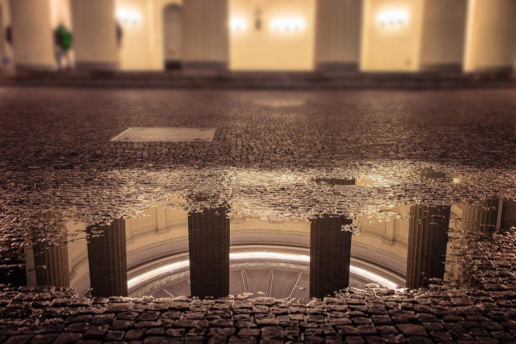 Wasserreflexion am Elisenbrunnen in Aachen