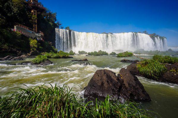 Auf der brasilianischen Seite schaut man die meiste Zeit von unten auf die Wasserfälle.