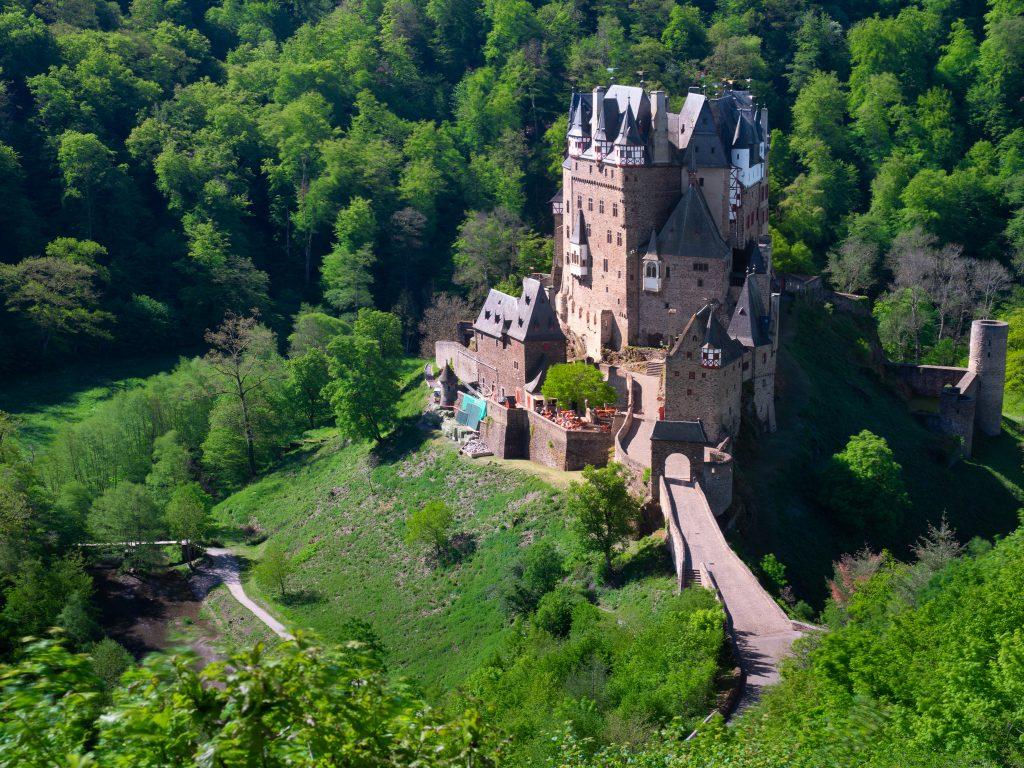 Burg Eltz vom oberen Aussichtspunkt aus fotografiert