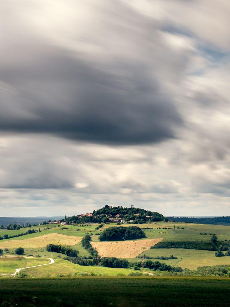 Aussicht von einem Hügel in Frankreich auf das Dorf auf dem Nachbarhügel