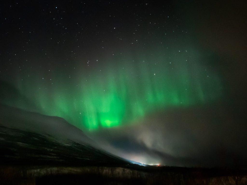 Mein Ergebnis vom Polarlichter fotografieren über den Bergen von Abisko in Schweden.