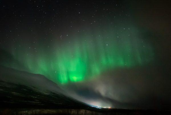 Nordlichter über Bergen in Abisko
